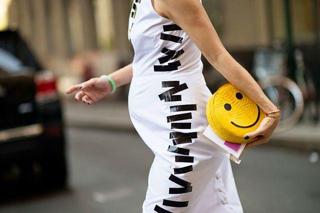 Sokak modası başlı başına bir podyum ve bizlere ilham veriyor. Farklı bir sokak modasını konu aldık.2015 İlkbahar/Yaz NewYork Hamile Sokak Modası sizlerle. http://www.kadincaweb.net/2015-ilkbaharyaz-newyork-hamile-sokak-modasi #normcore #fashion #streetfashion #sokakstilleri #pfw #sokakmodası #trend #ss15 #streetstyle #jean #mfw #pfw #coolhunter #shopping #graduation #paris #milan #hamile #pregnant