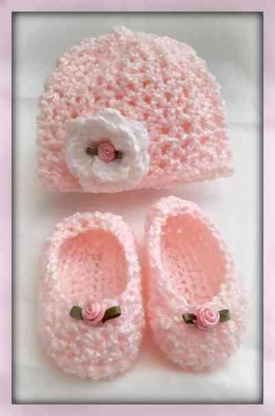 Crocheted Newborn Hat and Slippers | bebê | Pinterest