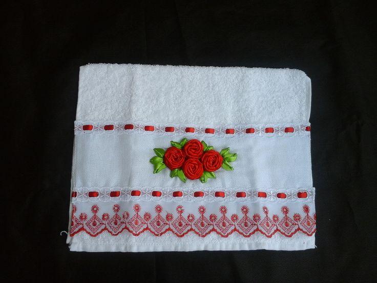 conjunto de toalhas lavabo na cor vermelha e branca com acabamento em bordado inglês e passa fita vermelho, rosa bordadas em fita na cor vermelha e com acabamento perfeito. acompanha sacos de organza como embalagem. toalha felpuda. toalhas medida:30x40cm