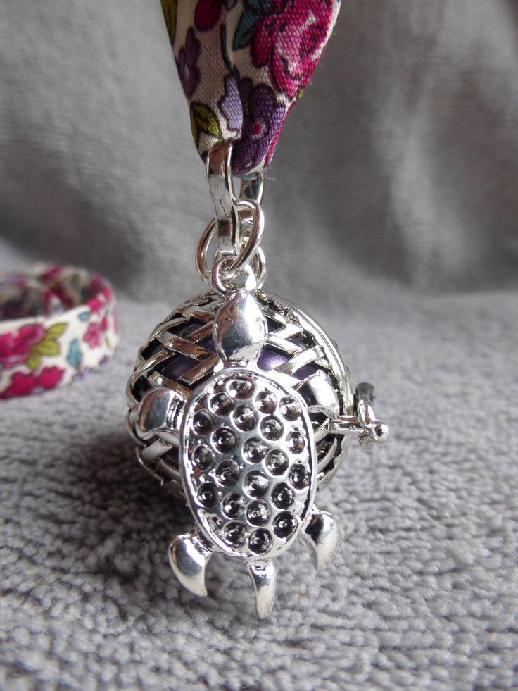 Bola de grossesse motif losange, avec une tortue en métal argenté et une bille mauve irisé, sur liberty : Maman par bola-de-grossesse