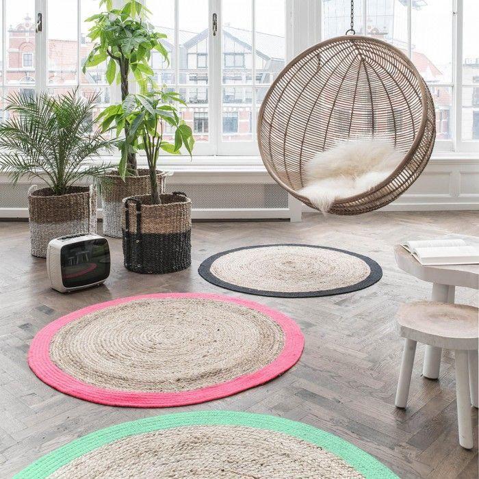 petit tapis rond, tpis ronds en jute et chaise boule suspendue