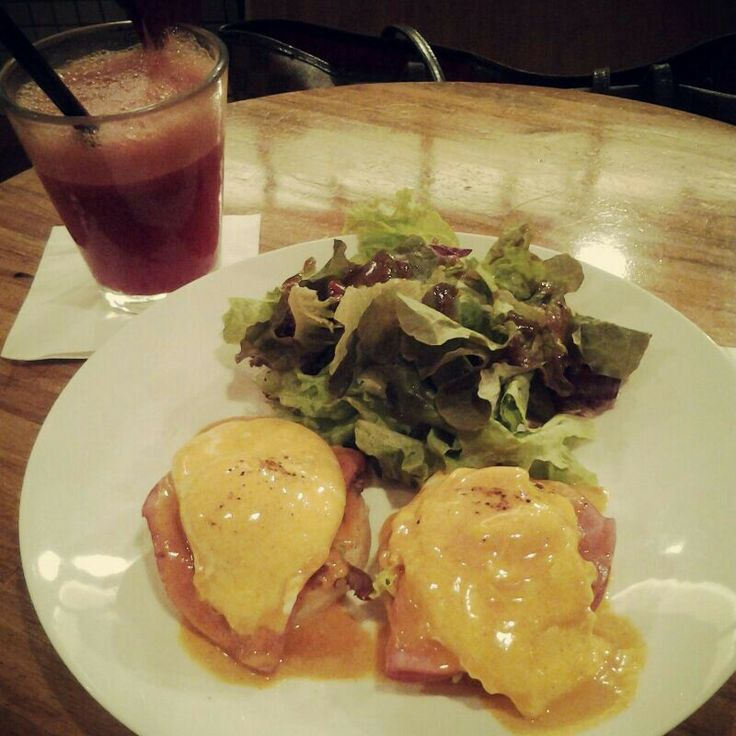 Egg Benedict a la Monolog. And The Beetles Juice. Happy tummy!!