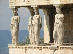 Les vêtements de la Grèce antique : himation, chiton, exomide et chlamyde - Cariatides du temple de l'Erechthéion à Athènes portant un chiton.