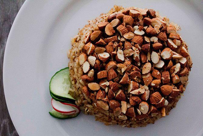 ARROZ CON ALMENDRAS  Arroz con almendras y pollo, aromatizado con canela y nuez moscada.  #lebanesefood #food #lebanon #bogota #arabe #comida #restaurante #yum #restaurant
