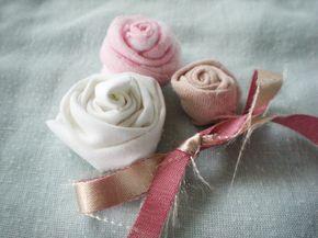 Páteční DIY návod má dnes LUCIA látkový! Roztomilé růžičky se Vám budou hodit jak na přáníčka, tak na romantické stránky. Nechte se inspirovat :) DIY TEXTILNÉ RUŽIČKY S trochou trpezlivosti sa dajú takéto textilné ružičky vytvoriť úplne jednoducho. Dúfam, že postup bude aspoň trochu zrozumiteľný, lebo zachytiť pohyb na fotke nie je práve najľahšie :DBudeme potrebovať kúsok látky silné lepidlo,najlepšie taviacu pištoľ nožnice 1. Z látky si vys