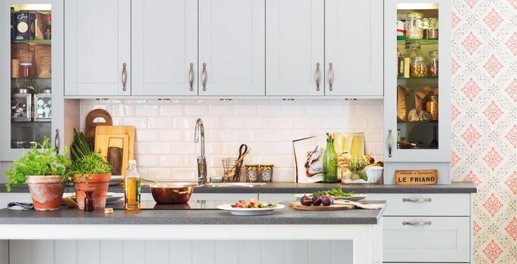 Marbodal Form ljusgrå med köksö och vitrinluckor.