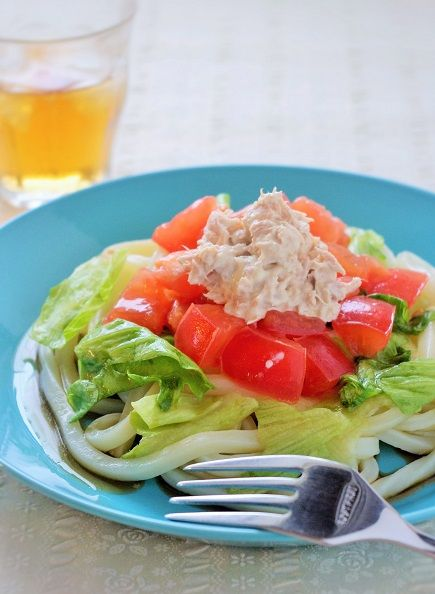 ツナとトマトの冷製うどん - 【E・レシピ】料理のプロが作る簡単レシピ さて、今日は先日の親子教室レシピから、ちょっとパスタっぽいこの1品。 もちろんパスタでもおいしいですが、今回はうどん向けにアレンジしてみました。