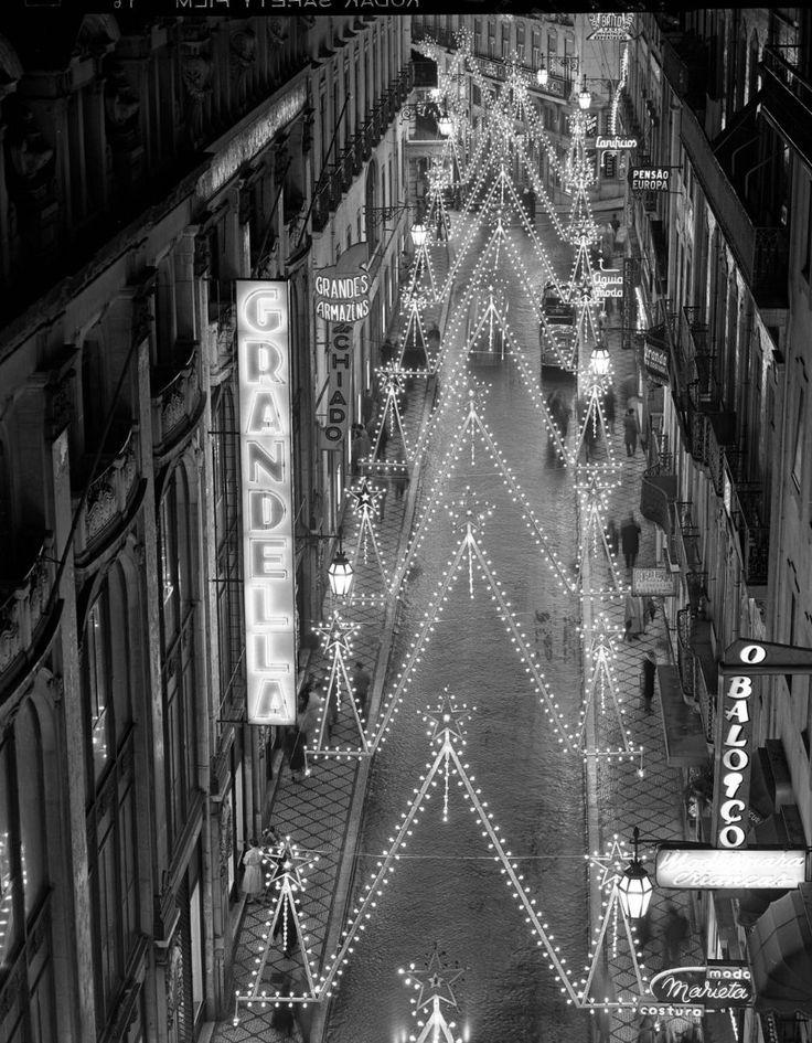 25 lojas que deixaram saudades em Lisboa Até ao incêndio de 1988, os grandes Armazéns Grandella eram de visita obrigatória para quem passava pelo Chiado. Armando Serôdio / Arquivo Municipal de Lisboa