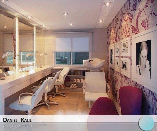 Os salões de beleza estão cada vez mais modernos. Vejam que ambiente lindo, com os detalhes do papel de parede combinando com a poltrona. Os outros móveis são brancos para manter o aspecto clean.