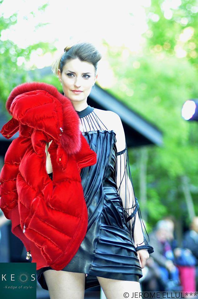 Styliste : INSIVANE Model : Maylis De Sigoyer  Création robe en cuir noir, doudoune en velours rouge