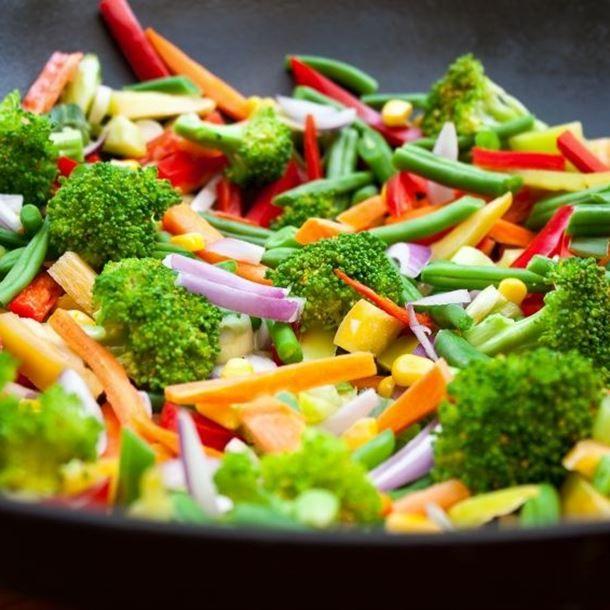 POELEE DE LEGUMES (Pour 4 P : 2 carottes, 2 courgettes, 1 brocolis, 200 g d' haricots verts, 1 poivron rouge, 2 gousses d'ail, 1 oignon rouge, 1 c à s d'huile d'olive, épices au choix (cumin, curcuma...), 1 marmite de bouillon légumes)
