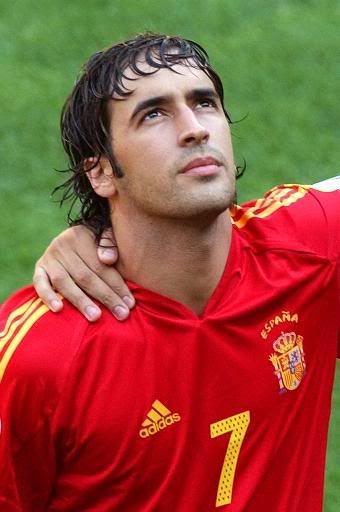 Rául González Blanco, futbolista madrileño que militó en el Real Madrid, el Scahlke 04, Al-Sadd y ahora ha sido fichado por el estadounidense Cosmos de Pelé a los 37 años.  Un español más al que quieren más fuera que dentro de España.  Pues eso se pierden los españoles.
