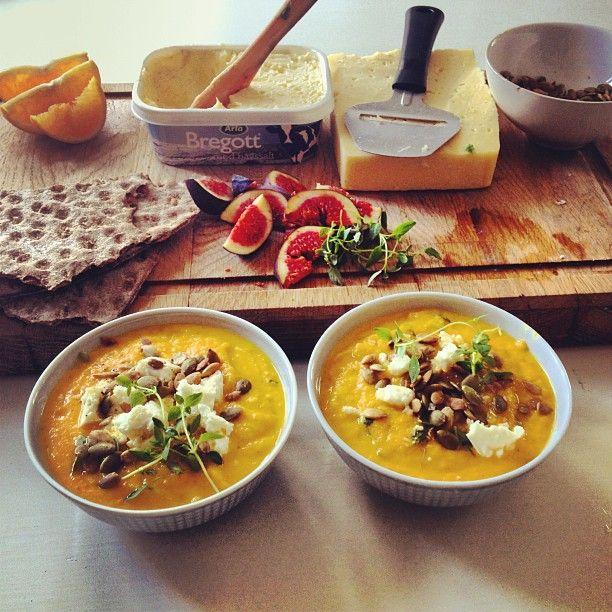 Morotssoppa med timjan, fetaost, chilli och apelsin! Serverat med fäboknäcke, präst och färska fikon.