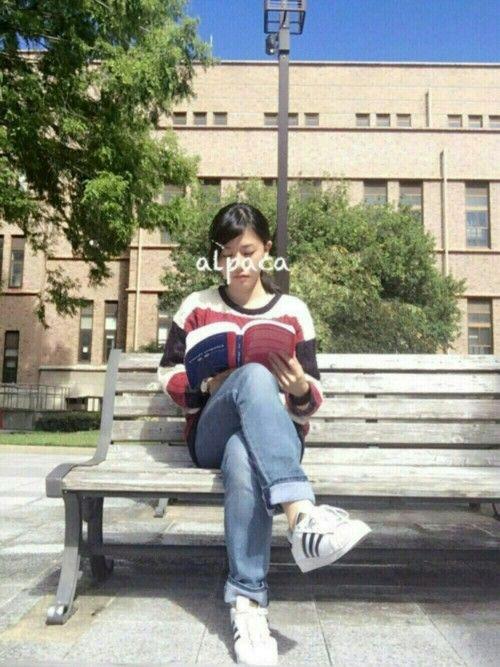 ご覧いただきありがとうございます🙏🏻💕 大学コーデ🎓 読書の秋🍁 たまたま持ってたテキスト