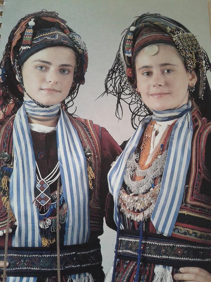 """Βλάχες Προσωτσάνης Δράμας - Μακεδονία Στην φορεσιά αυτή τοποθετείται η κατσούλα, σκούφωμα τριγωνικό γεμισμένο με μαλλί γιά να στέκει όρθιο και στερεώνεται με χάνδρινο υποσαγώνιο, το """"μαγγούρι"""". Οι κοτσίδες τυλίγονται πάνω από την κατσούλα και στερεώνονται με δύο χάνδρινες καρφίτσες τις """"τσούκλες"""". Από πάνω τυλίγεται το """"βλάσκ"""", το βλάχικο μαντήλι που στερεώνεται με χάνδρινες καρφίτσες τις """"φουρκέτες."""" Από τη συλλογή του Λυκείου των Ελληνίδων - Αθήνα"""