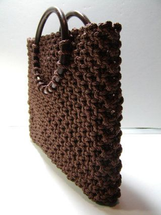 Fabulous macrame how- to site with tutorials (this bag too!). I remember doing these and those hanging planters, years ago. I love macrame!