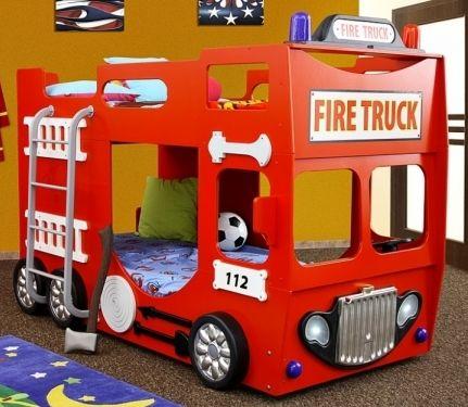 Ein Etagenbett in der Form eines Feuerwehrautos.