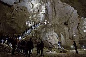 pestera MEZIAD ..Se află la o distanţă de 22 km de Beiuş. Pentru a ajunge la peşteră trebuie urmat drumul care porneşte din centrul oraşului Beiuş spre Aleşd şi Borod.