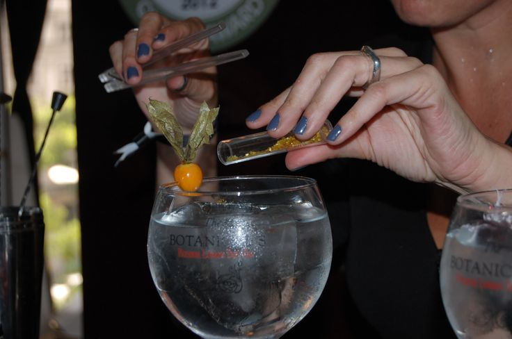 Estrellas de purpurina para adornar un Gin&Tonic en el Gin Show Madrid 2013.