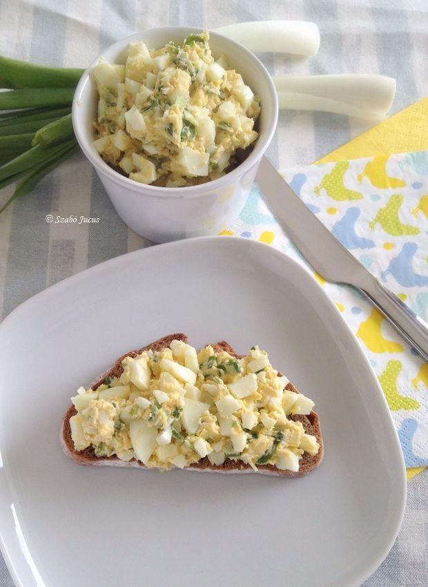 Újhagymás tojáskrém, gyerekkorunk kedvence  5 Hozzávaló: - 3 tojás - 1 szál újhagyma - 5 dkg puha vaj - 1 tk mustár  - só  http://5hozzavalo.blog.hu/2014/04/24/ujhagymas_tojaskrem_5_hozzavalobol