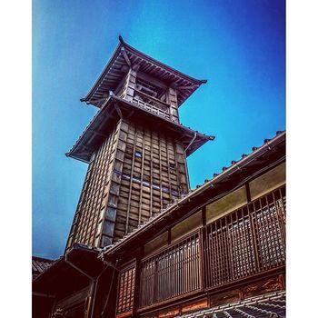 時の鐘は蔵作りの街の中に建てられている時計台で川越の町のシンボルにもなっています。  約400年前、川越藩藩主・酒井忠勝によって建設され、かつては鐘撞き守が定刻に鐘を撞き、街の人々に時間を知らせていました。(現在は機械仕掛けで午前6時、正午、午後3時、午後6時の一日4回鐘が鳴ります)現在の建物は1894年に改築されたもので、時の鐘をくぐると薬師神社の境内に至ります。