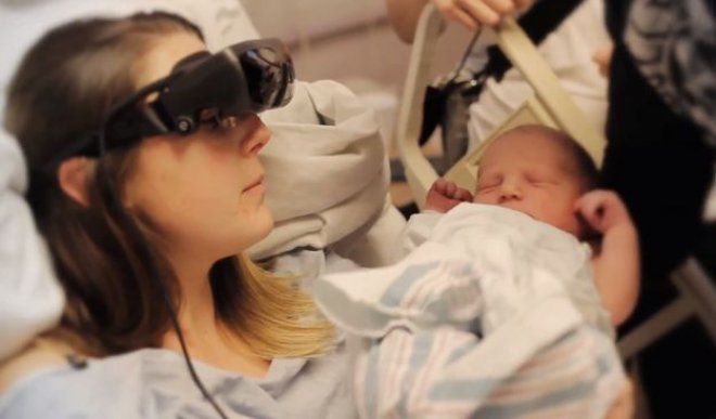 Il toccante momento in cui una mamma cieca può vedere il figlio appena nato per la prima volta
