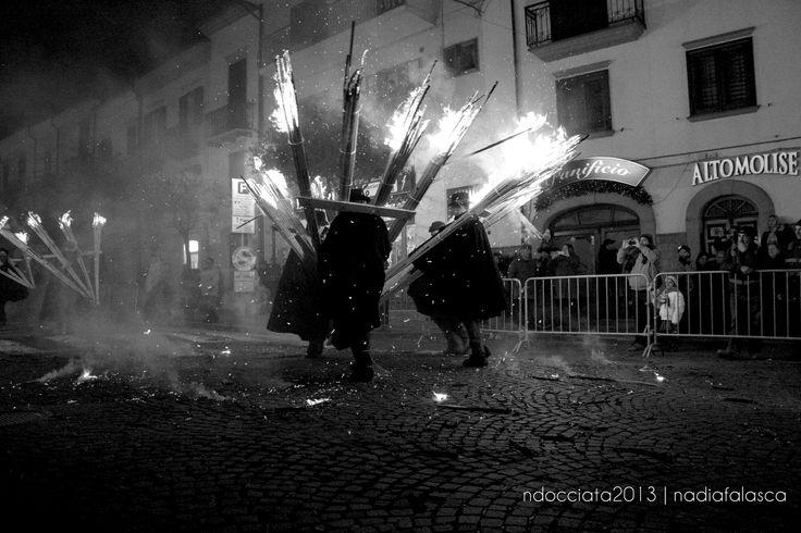 Sfileranno mille 'ndocce ardenti sui Navigli, seguendo viale Gorizia fino alla parte finale della strada, dove le fiaccole bruceranno nel suggestivo falò della fratellanza. Il luogo scelto per l'emozionante sfilata delle 'ndocce, le cui fiamme si specchieranno nelle acque dei Navigli, annuncia uno spettacolo unico, che mostrerà a tutti la più grande tradizione e manifestazione agnonese.  Ph:Nadia Falasca @Expo2015Milano @expo2015eventi #expo2015