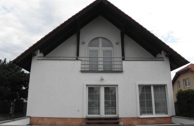 Продажа дома Прага-Уезд, цена 540 000 евро http://portal-eu.ru/doma/realty145  Представляем Вам кирпичный дом площадью в 254 кв.м с земельным участком площадью 944 кв.м, который был построен в 1996 году.   Дом 2 этажа с подвальным помещением 86 кв.м. В подвале дома находится двойной гараж, прачечная, тренажерный зал, кабинет. На земельном участке находится крытый бассейн с подогревом, и кирпичный садовый домик для посиделок на открытом воздухе и барбекю. Парковка встроена в подвал на 2 места…