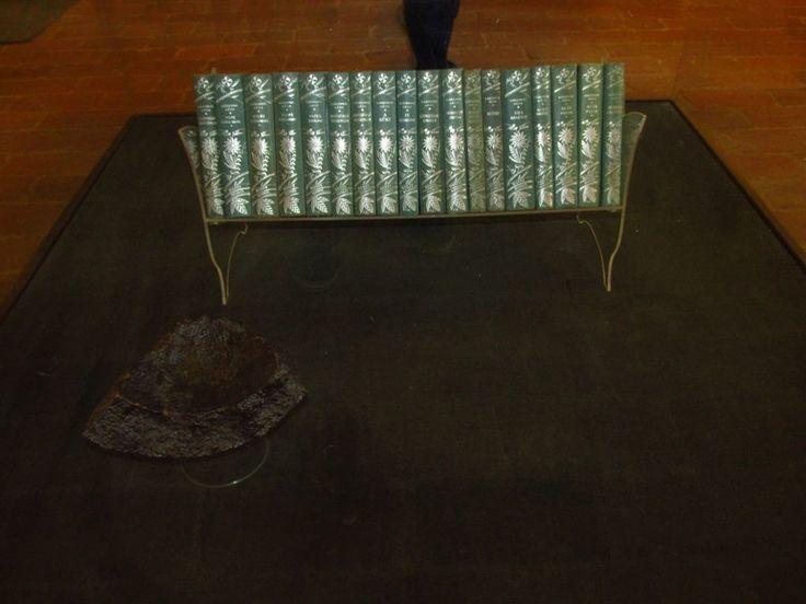 Gárdonyi műveinek díszkötetes kiadása és egy török ágyúgolyó darab - Gárdonyi Géza Emlékház Fotó: Czimbalmos Szilvia