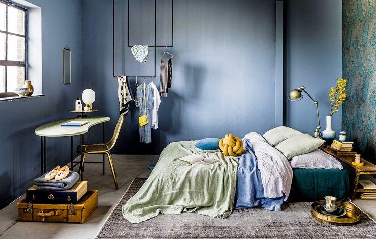 Blauw interieur, slaapkamer met gele accenten