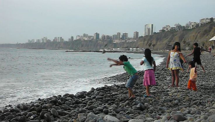 LIMA Perou / Peru Childrens on the beach Crédit : Globe Trotting, Alexandre Francois