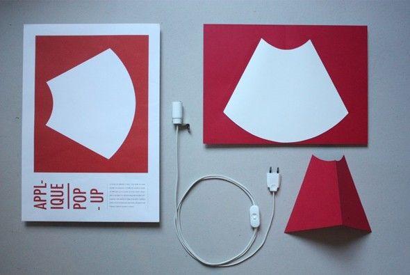 Papier et polyphane Si vous commandez l'une de ces lampes Pop-Up, elle vous sera livrée dans une enveloppe ! Et oui, ces lampes sont simplement réalisées à
