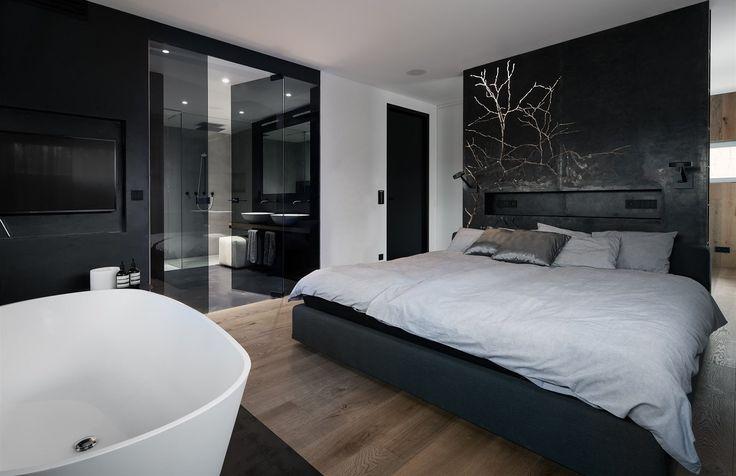 Hlavní dominantu ložnice představuje ocelové čelo postele, které slouží jako noční stolek i jako nepřímé osvětlení