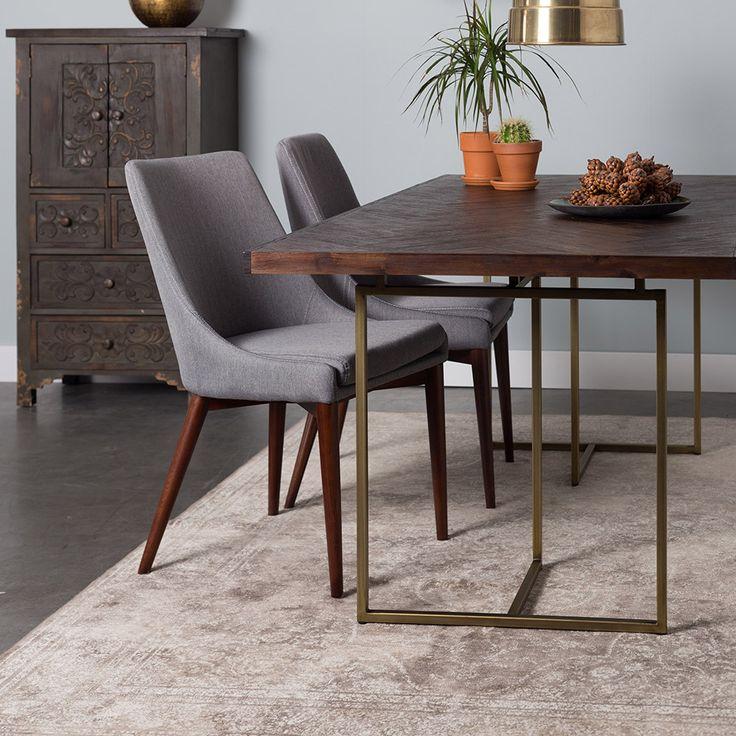 De Dutchtone Class diner table is een klassieke eettafel stalen onderstel met antiek messing afwerking. Het houten tafelblad heeft een visgraatpatroon.