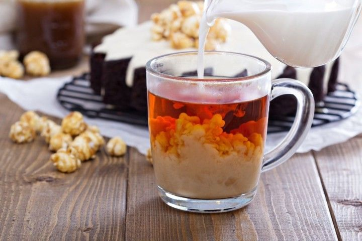 Как добавление молока влияет на вкус и полезные свойства чая?