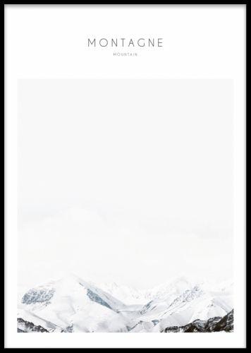 Montagne, poster. Tavla med naturmotiv. Tavla med fotokonst, fint naturmotiv av snötäckta berg. Fin att sätta i svart ram och matcha med våra andra naturmotiv i samma serie med fotografier på natur som skog och isberg. Posters med fotokonst, snygg och modern inredning.