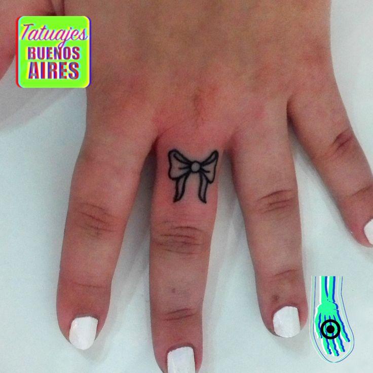 Tattoo moño en el dedo realizado por Jose Luis Segura en Tatuajes Buenos Aires Argentina  Pagina web www.tatuajesbuenosaires.com Whatsapp + 54 9 11 5882-5558   #tatuajes #mano #dedos #femenino #lazo #delicado #simple