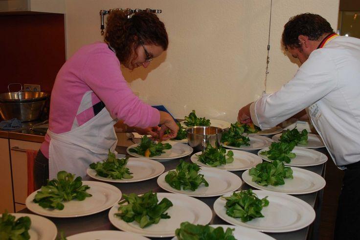 """Kochkurs """"Festliches Menü"""" - Die Ente braucht noch ein wenig. Soweit so gut. Hier werkelt man an der Grundlage für den Enten-Fächer: Salat mit Orange in Tränen der Kleopatra."""