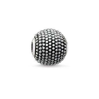 THOMAS SABO Karma Bead från kollektionen Sterling Silver. kathmandu – svärtat 925 sterlingsilver Storlek: cirka 0,9 cm Kathmandu-beaden tillför en klassisk, rock-n-roll Karma-look tack vare accenterna som silverknopparna i filigranteknik skapar. Du kan kombinera beaden med klassiska beads i 925 sterlingsilver eller med konstnärliga och färgade sten-beads.