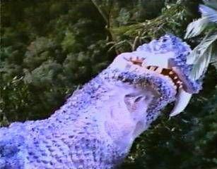 恐竜 登場 赤い光と共に現れた男。 男は村上氏の家に電話を掛ける。 電話に出たのはマモル。男は「ゴアの使い」と名乗った。 明日の朝6時に特ダネがあるという。 そして、男は電話ボックス諸共爆発した。 父に電話をするが取り合ってもらえない。 マモルはカメラを枕元に置いて眠った。 次の朝、約束の6時に目を覚ましたマモル。 窓の外は原始の恐竜時代になっていた。 黄色いアゲハ蝶を追ってジャングルに入るマモル。 そこでマモルは恐竜に遭遇。 気を失ったマモルを父が救い出した。 恐竜は火炎を吐いて迫ってくる。 そこへ飛来してきた謎の円盤。 円盤は恐竜を攻撃。 黄色の光線に対し反撃する恐竜。 しかし青い光線での攻撃を受けて恐竜は倒れた。 そして、姿を現すゴア。写真を撮るマモル。 ゴアは自分の記事を書くように村上...