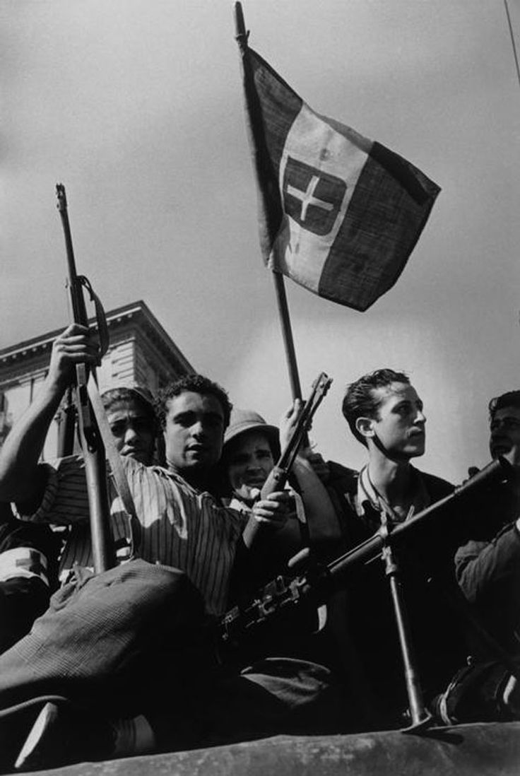 Italian partisans who attacked the Germans in retreat before the arrival of US troops.  In July 1943 the allies landed in Sicily. Between the 1943 and 1945 fought against German forces and Fascist Italian troops from the Republic of Salò, that move slowly northward Italy. Palermo, July 1943. #WWII #warphoto #RobertCapa