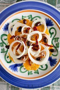 Una gustosa insalata invernale con #arance e #finocchi tagliati sottili, olive nere, pomodori secchi e acciughe! :) Tanto gusto e #benessere!
