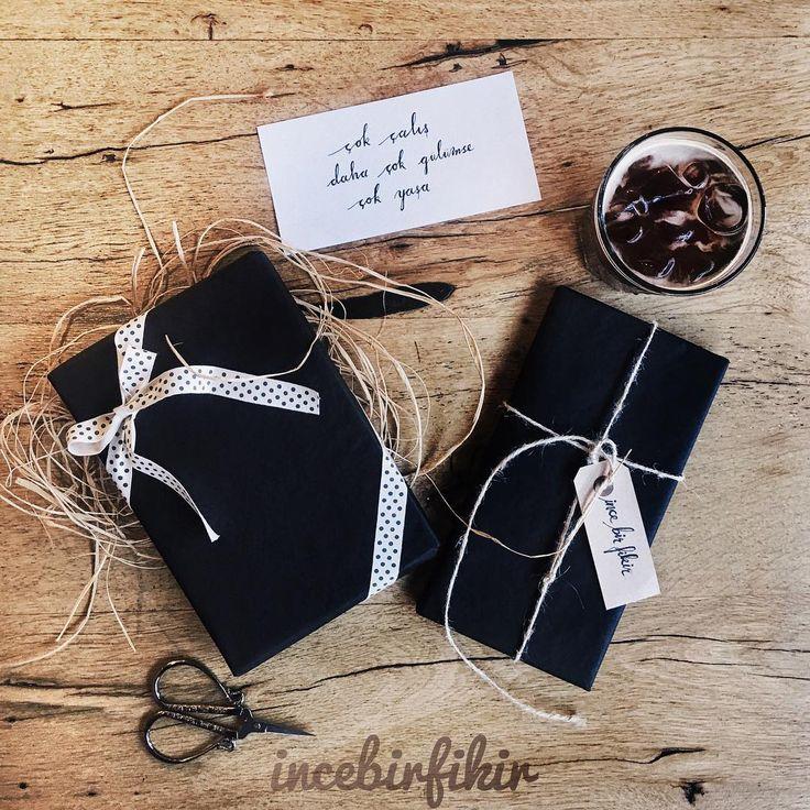 jüt ip doğal rafya siyah kraft paket kağıdı puantiyeli kurdele ve kaligrafi ile hazırlanmış kişiye özel hediye paketleme / natural jute rope raffia black wrapping paper ribbon calligraphy handmade special gift packaging