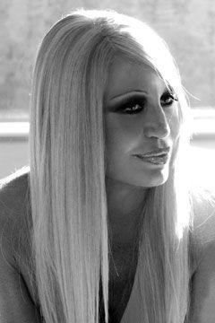 Donatella Versace è un designer di moda. Lavora a Versace Group. Ha i capelli biondi. Ha cinquanta nove anni. È nata a Reggio Calabria.