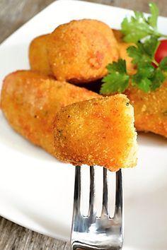 Krokety z vařených brambor, sýra, vejce a krupice, obalené ve strouhance a vejci, usmažené dozlatova.