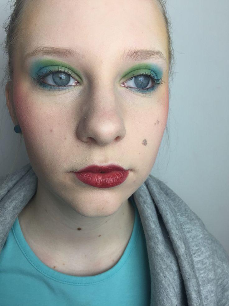 Behovsanalys: Jag försökte framhäva ögonen på min modell. Jag valde ett enkelt färgschema och min modell har en neutral hudton. Jag valde att ha enkelt fokus på ögonen för att det är det jag vill få fram mest.  Jag har anpassat mina färger i makeupen som jag tycker passar min modell.