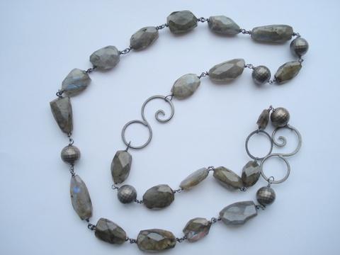 """labradordit & """"ballroom"""" perler armbånd og halskæde, her sat sammen til lang kæde"""