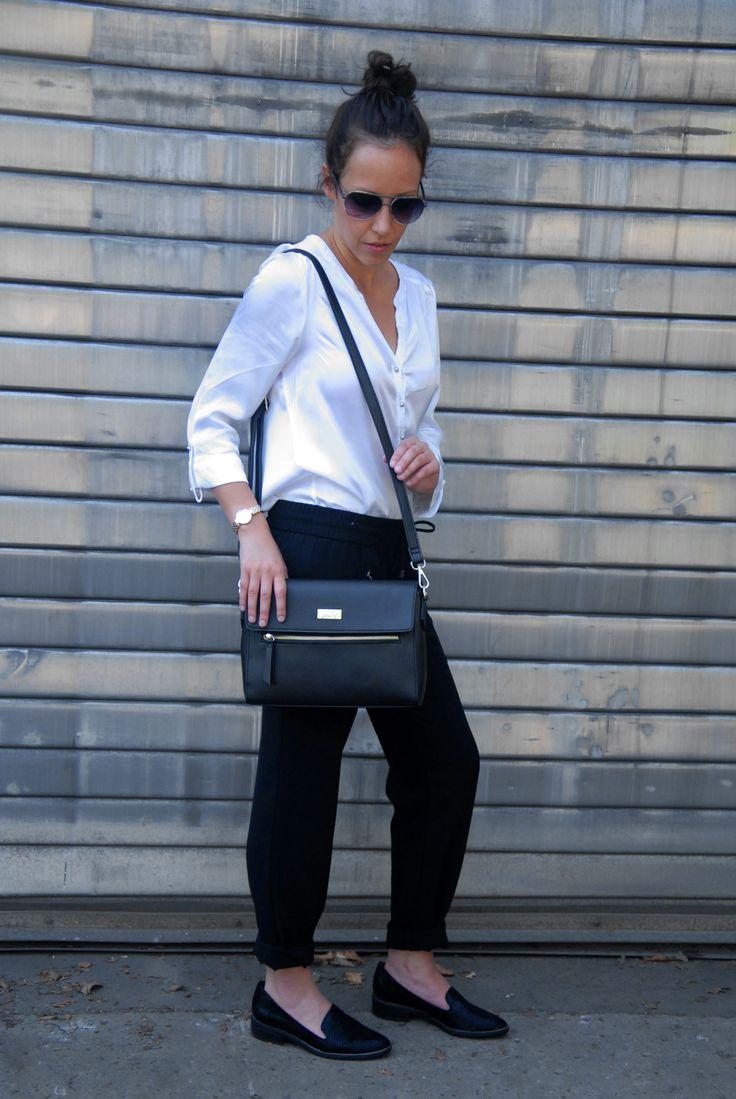 Stylingtip: business chic! Combineer een zwarte 7/8 broek (jeans of een geklede broek) met een wit oversized T-shirt of een bloesje. Werk eventueel af met een trui, nonchalant over de schouders.