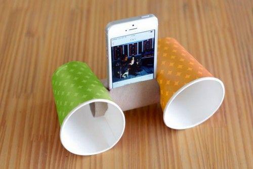 Criatividade para encontrar novas funções é essencial nos tempos de hoje; clips, post-its e fitas adesivas são materiais que podem facilitar nossa vida em diversas situações, e muitas delas não são necessariamente dentro do escritório. Separamos alguns usos para você conferir: 1. Amplificador. Com apenas dois copos da copa do seu escritório e um rolo de papel higiênico é possível fazer um amplificador para o celular. Basta fazer um buraco em cada copo e encaixar o rolo entre eles.