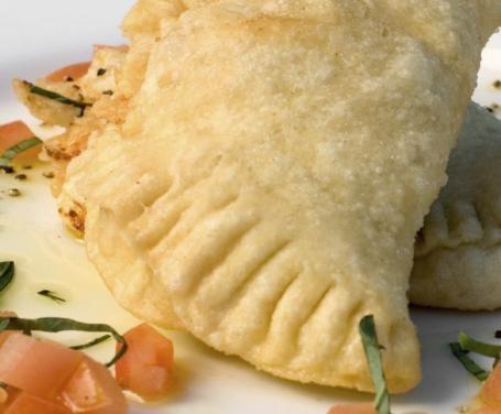 Caratteristico della cucina dell'Italia meridionale, il calzone è una preparazione a base di pasta lievitata e un ripieno che varia da regione a regione.
